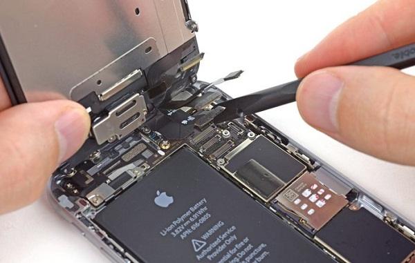 Sửa chữa điện thoại nên đến trung tâm lớn hay cửa hàng nhỏ lẻ?